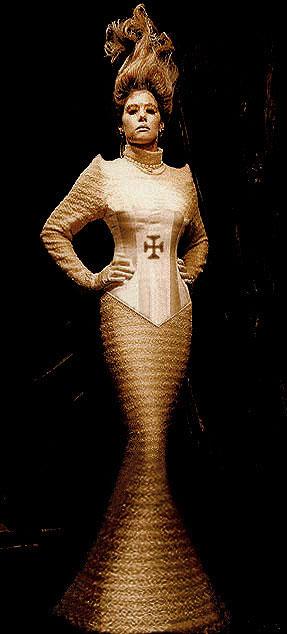 Avantgardistische Designer Robe - Christliche Kleider ...
